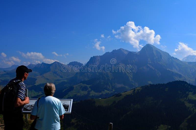 Швейцарские Альп: Hikers на гектолитре ¼ Sillerenbà около Адельбодена стоковые фото