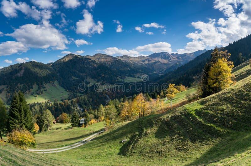 Швейцарский ландшафт горы с пиками и долинами в осени стоковые фото