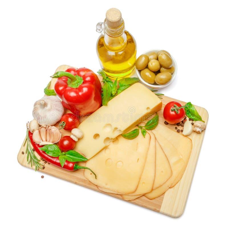 Швейцарский сыр или чеддер и овощи на белой предпосылке стоковая фотография rf