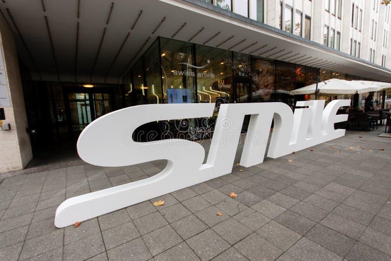 Швейцарцы магазина зубоврачебной заботы усмехаются с логотипом 3D стоковая фотография rf
