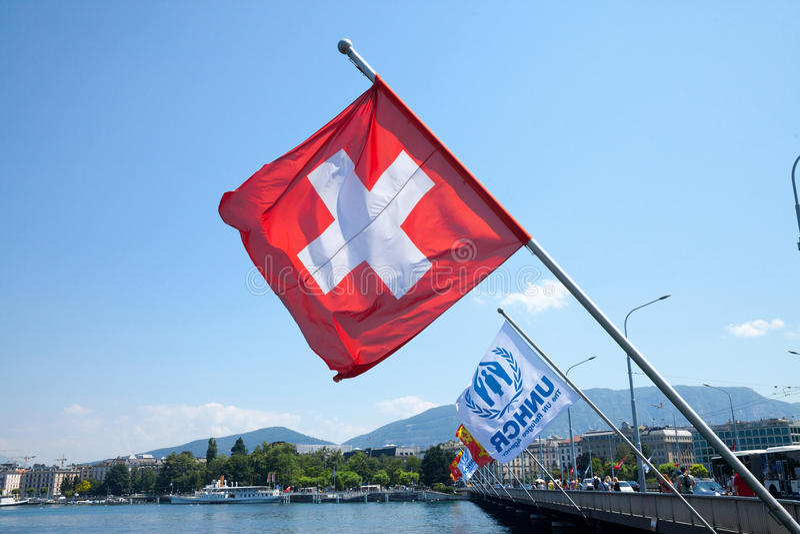 Швейцарцы сигнализируют и UNHCR сигнализирует около озера leman в Женеве UNHCR агенство Организации Объединенных Наций на попечен стоковые изображения