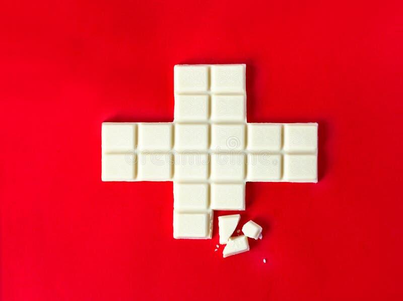 Швейцарцы сигнализируют крест в форме белого шоколада стоковые фото