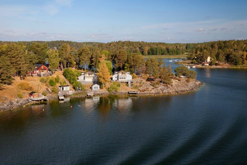 Швеция - Балтийское море, острова и типичная береговая линия, взгляд от парома стоковое изображение rf