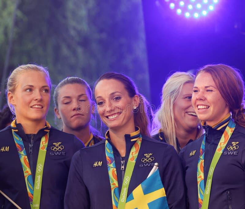 Шведская женская футбольная команда показывая их серебряные медали от стоковые изображения rf