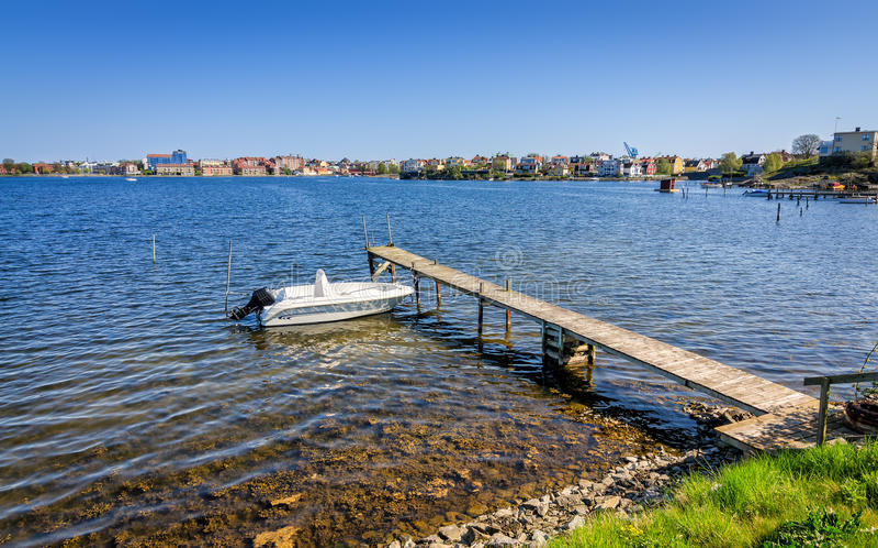 Шведский пейзаж берега моря с моторкой стоковое фото rf