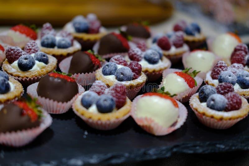 Шведский стол, десерт, клубники, голубики, ежевики стоковое изображение rf