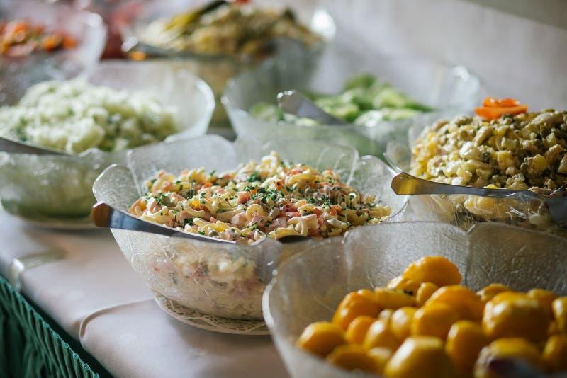 Шведский стол еды свадьбы ресторанного обслуживании стоковое фото