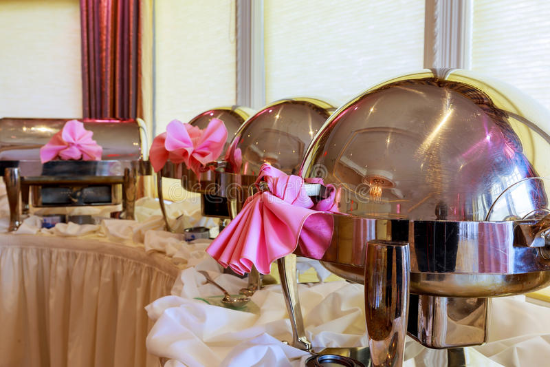 Шведский стол нагрел подносы стоя в линии готовой для обслуживания ресторан, ресторан гостиницы стоковая фотография