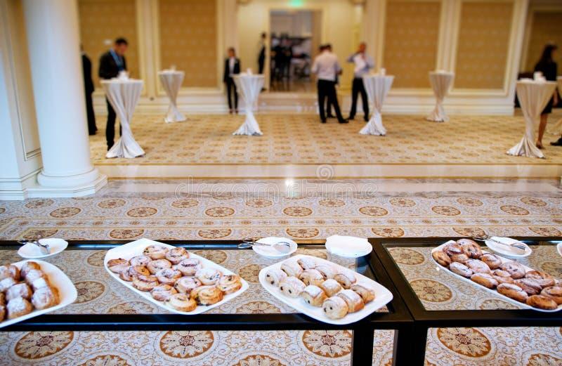 Шведский стол на конференции стоковые фотографии rf