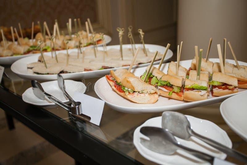 шведский стол, сандвичи с сосиской и мясо стоковые фото