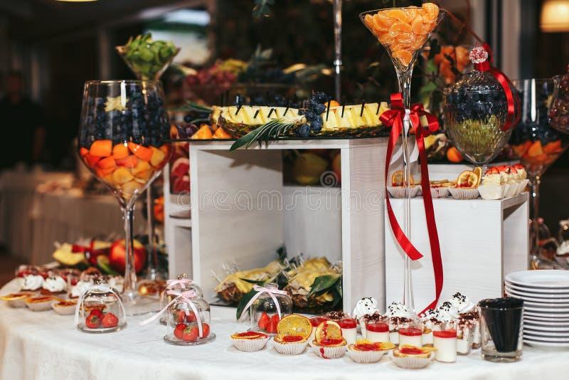 Шведский стол свадьбы с пирожными и плодоовощами стоковое фото