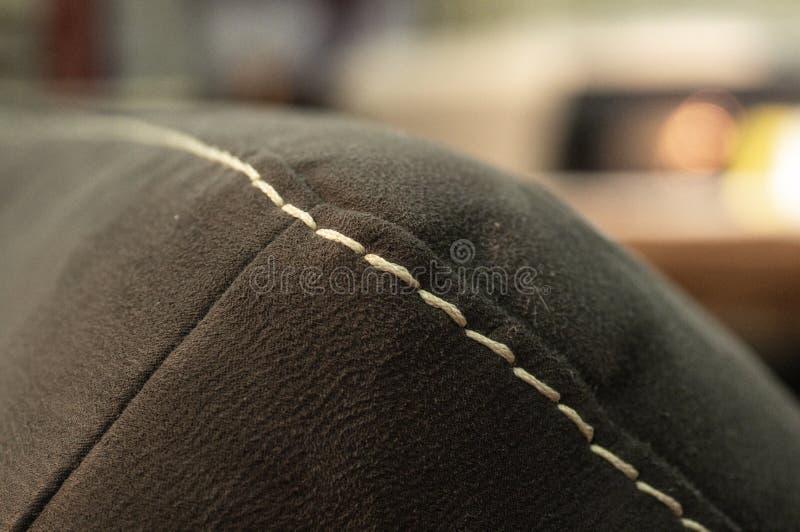 Швы на диване близко Концепция технологии Выставка диванов стоковое изображение