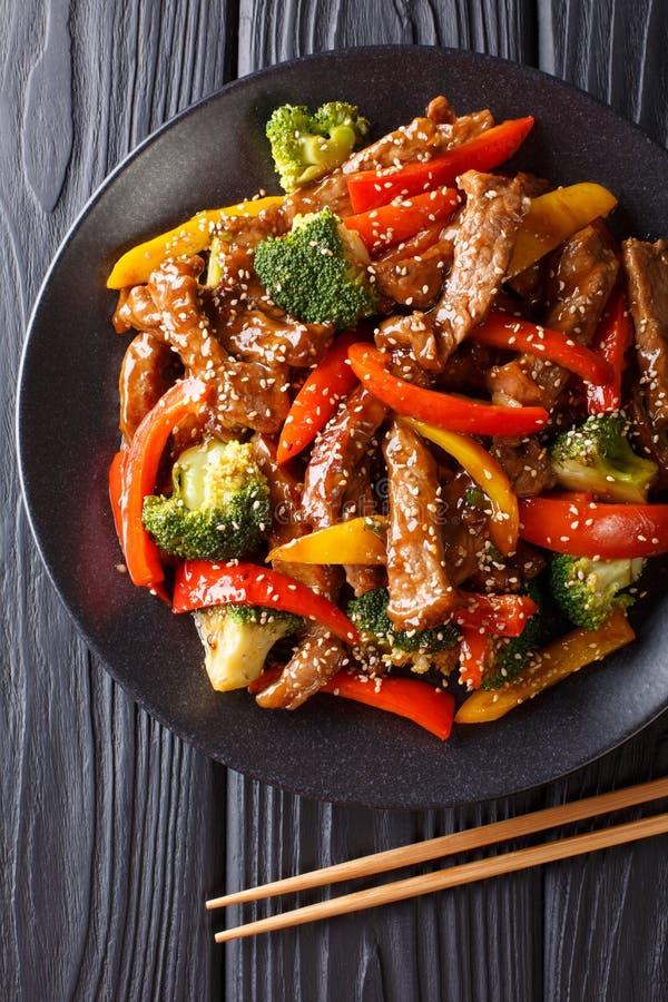 Шевелить-зажаренная говядина teriyaki с красным и желтым болгарским перцем, brocco стоковое изображение rf