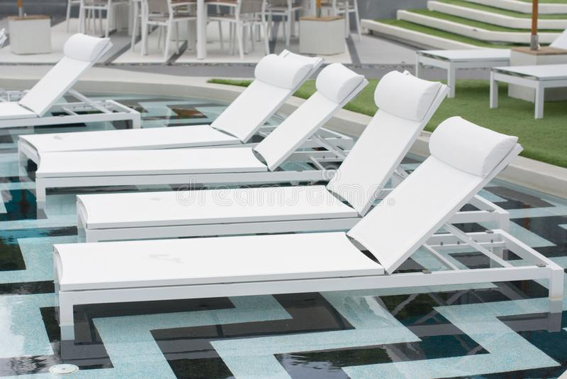 Шезлонги в тропическом курортном отеле стоковые изображения
