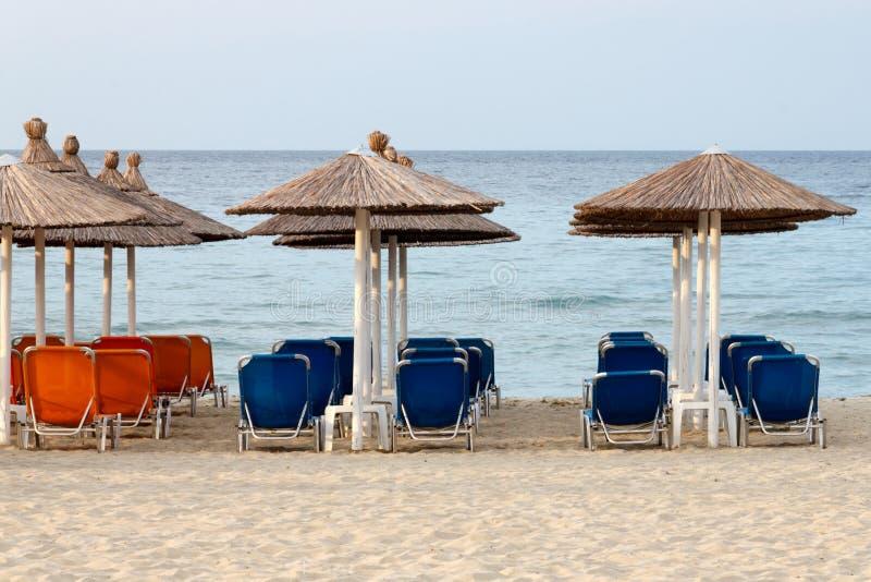 Шезлонги и зонтики на пляже Neoi Poroi стоковая фотография