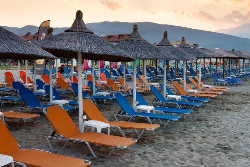 Шезлонги и зонтики на пляже Neoi Poroi стоковые изображения rf