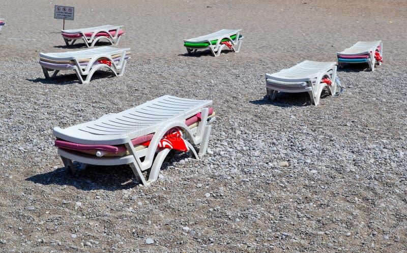 Шезлонги, собранные в куче Конец сезона пляжа Закрытие пляжа стоковое изображение rf