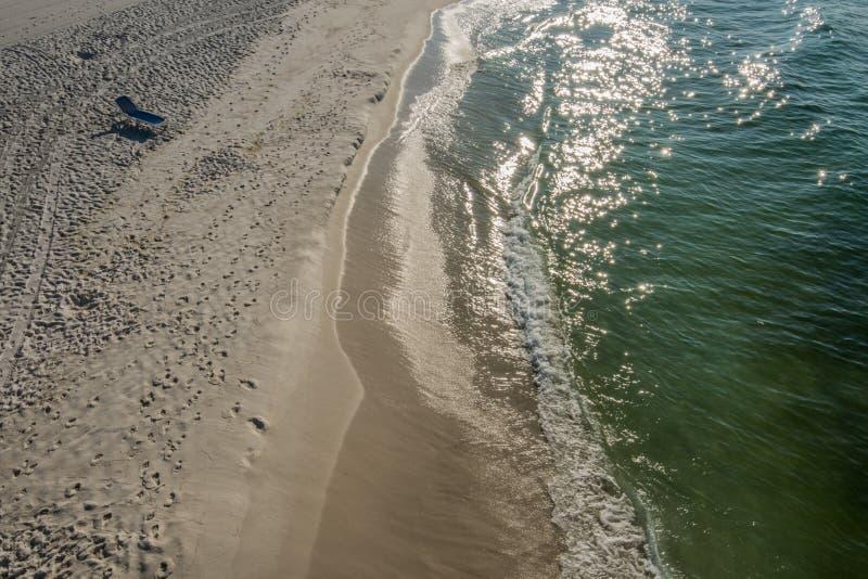 Шезлонг вида на океан на пустом пляже стоковая фотография