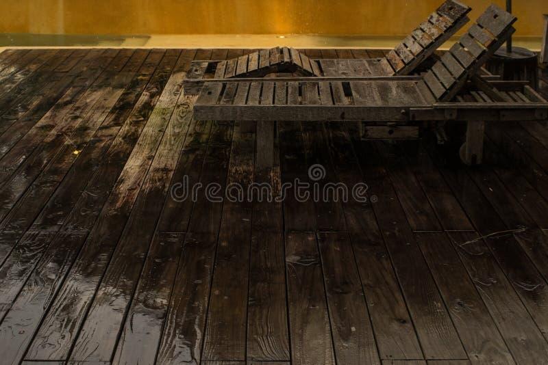 Шезлонг в дождливом дне стоковые фото