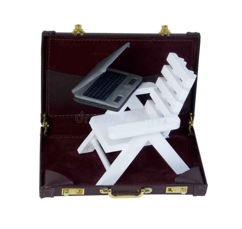 Шезлонг и компьтер-книжка в портфеле стоковая фотография