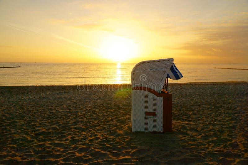 Шезлонг на пляже на восходе солнца стоковая фотография rf