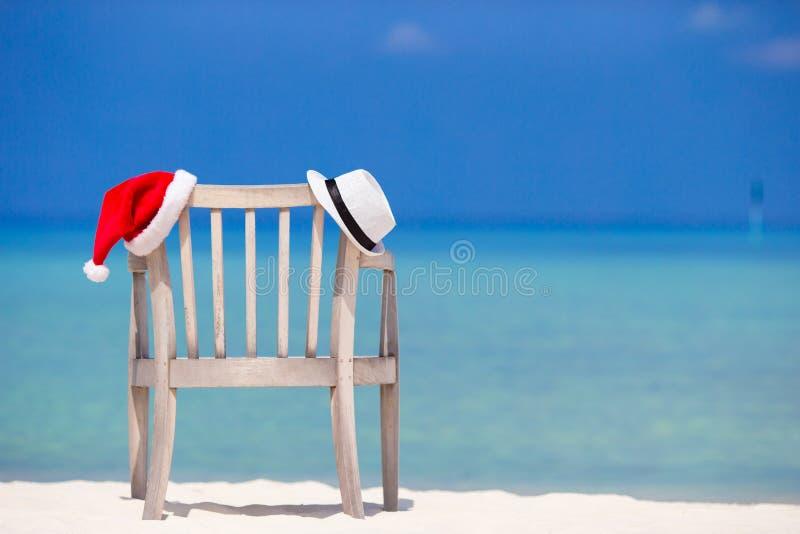 Шезлонг с рождеством и соломенной шляпой стоковое фото