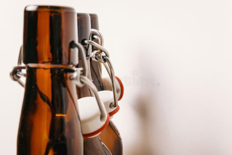Шеи пустых бутылок с пробочками стоковое фото