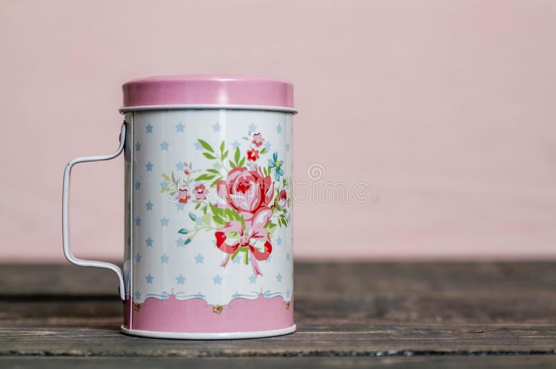 Шейкер сахара металла напудренный с цветочным узором стоковые фотографии rf