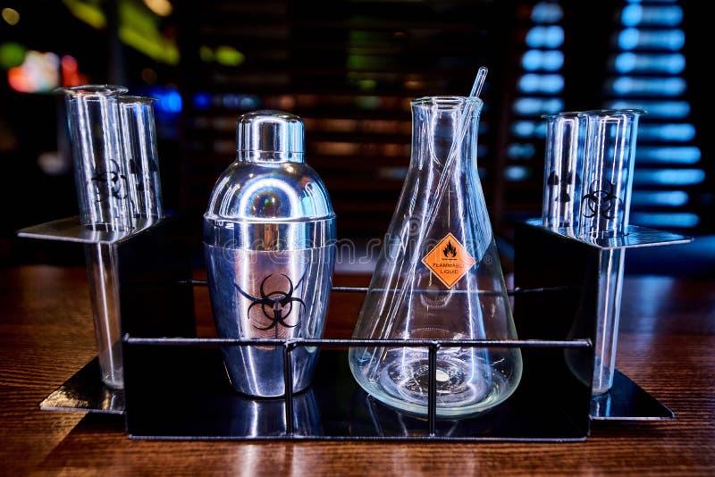 Шейкер, склянка и пробирки с опасностью символа стоковое изображение rf