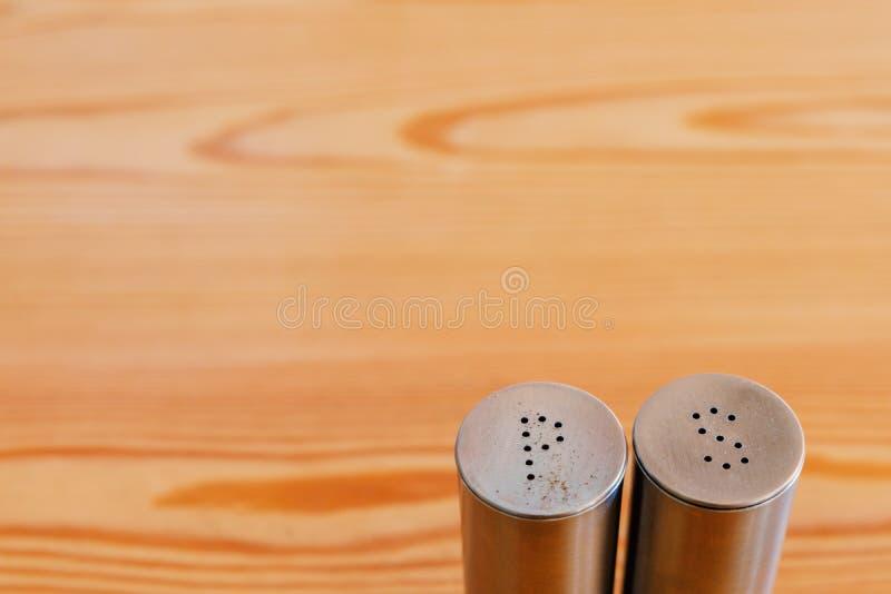 Шейкер соли и шейкер на деревянном столе, copyspace перца стоковое фото