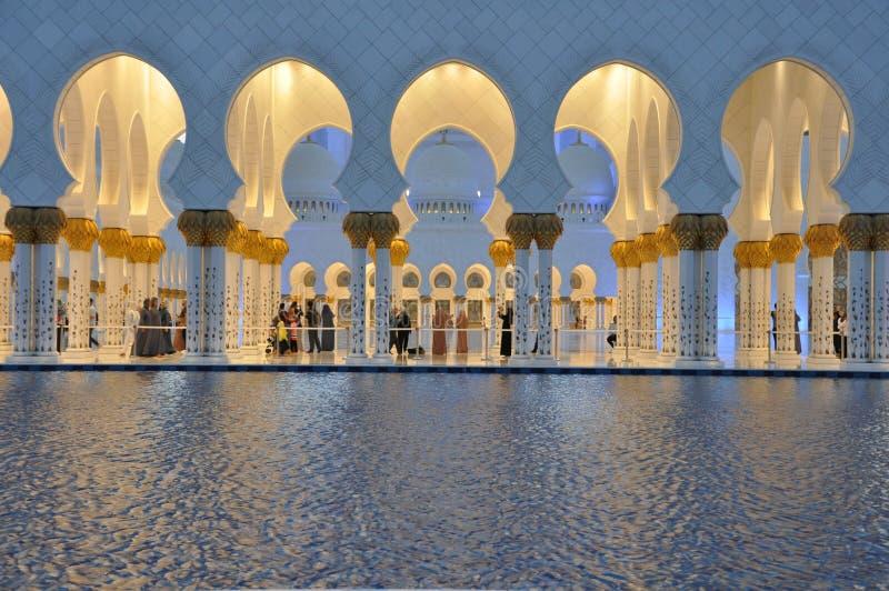 Шейх Zayed Грандиозн Мечеть в Абу-Даби стоковые изображения rf