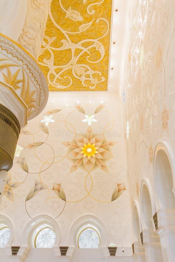 Шейх Zayed Мечеть Внутренн с арабским украшением геометрии, большая мраморная грандиозная мечеть на Абу-Даби, ОАЭ стоковые фотографии rf