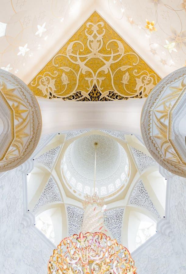 Шейх Zayed Мечеть Внутренн с арабским украшением геометрии, большая мраморная грандиозная мечеть на Абу-Даби, ОАЭ стоковое изображение rf