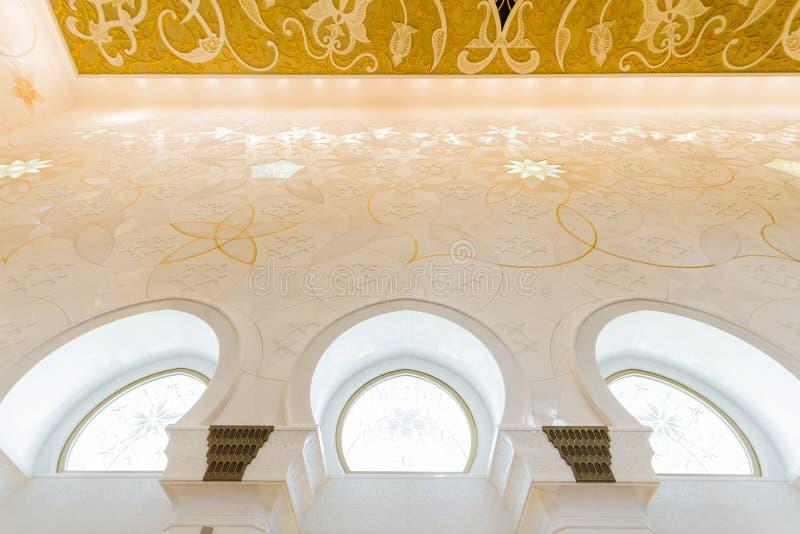 Шейх Zayed Мечеть Внутренн с арабским украшением геометрии, большая мраморная грандиозная мечеть на Абу-Даби, ОАЭ стоковые фото