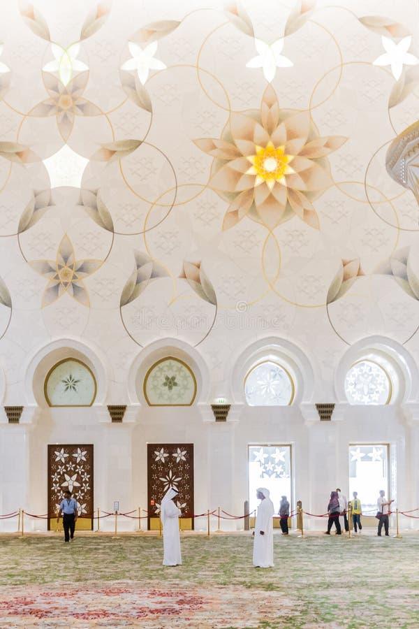 Шейх Zayed Мечеть Внутренн с арабским украшением геометрии, большая мраморная грандиозная мечеть на Абу-Даби, ОАЭ стоковые изображения rf