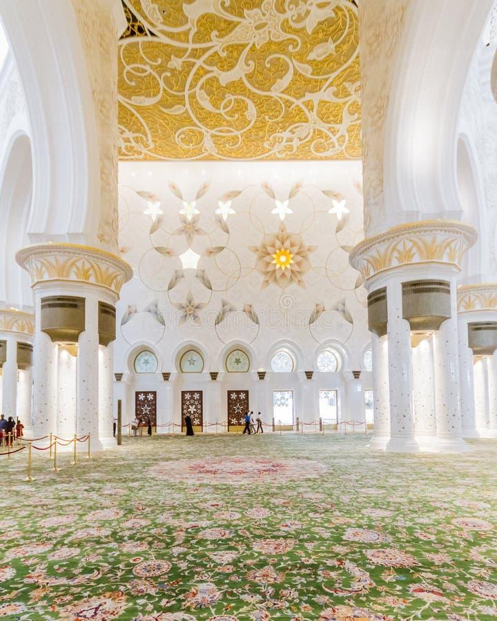 Шейх Zayed Мечеть Внутренн с арабским украшением геометрии, большая мраморная грандиозная мечеть на Абу-Даби, ОАЭ стоковое фото rf