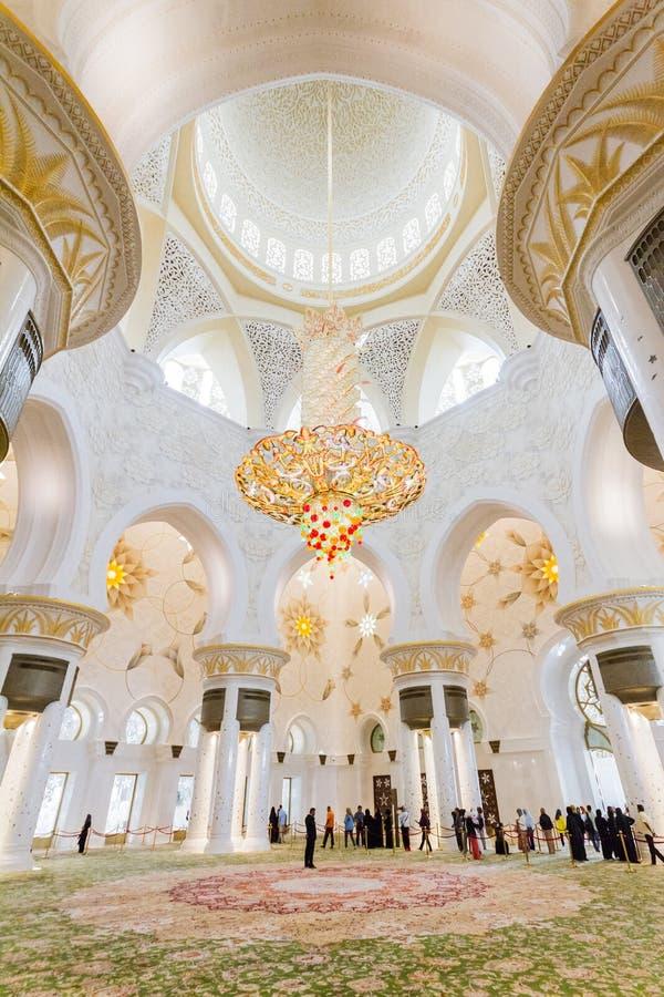 Шейх Zayed Мечеть Внутренн с грандиозной хрустальной люстрой и арабским украшением геометрии, большой мраморной грандиозной мечет стоковое изображение rf