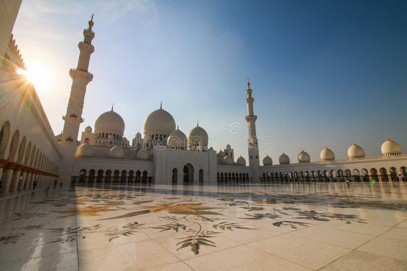 Шейх Zayed Мечеть в Абу-Даби в вечере стоковые изображения rf