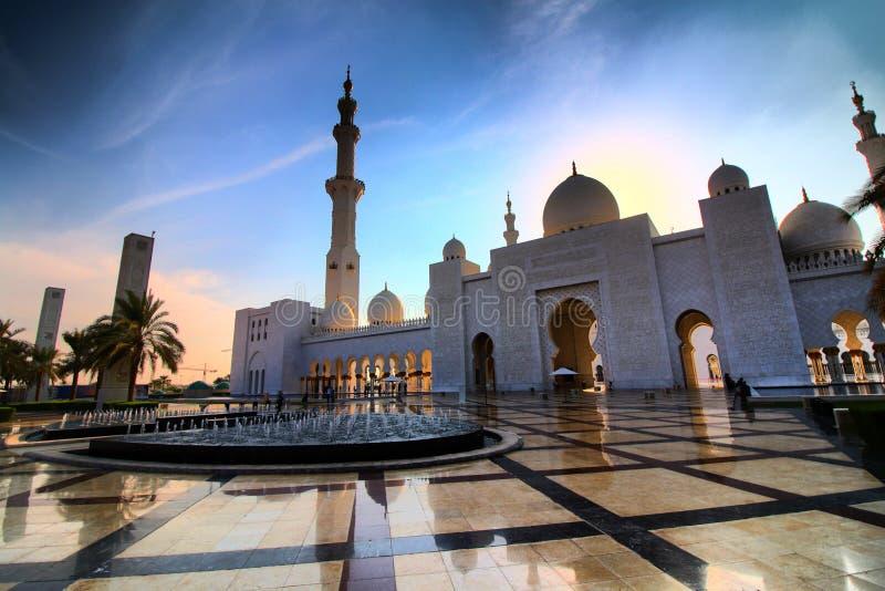 Шейх Zayed Мечеть в Абу-Даби в вечере стоковое фото rf