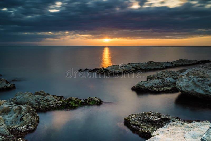 Шелковистая вода на восходе солнца стоковое изображение