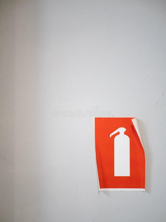 Шелушения знак огнетушителя оранжевый на стене стоковое изображение rf