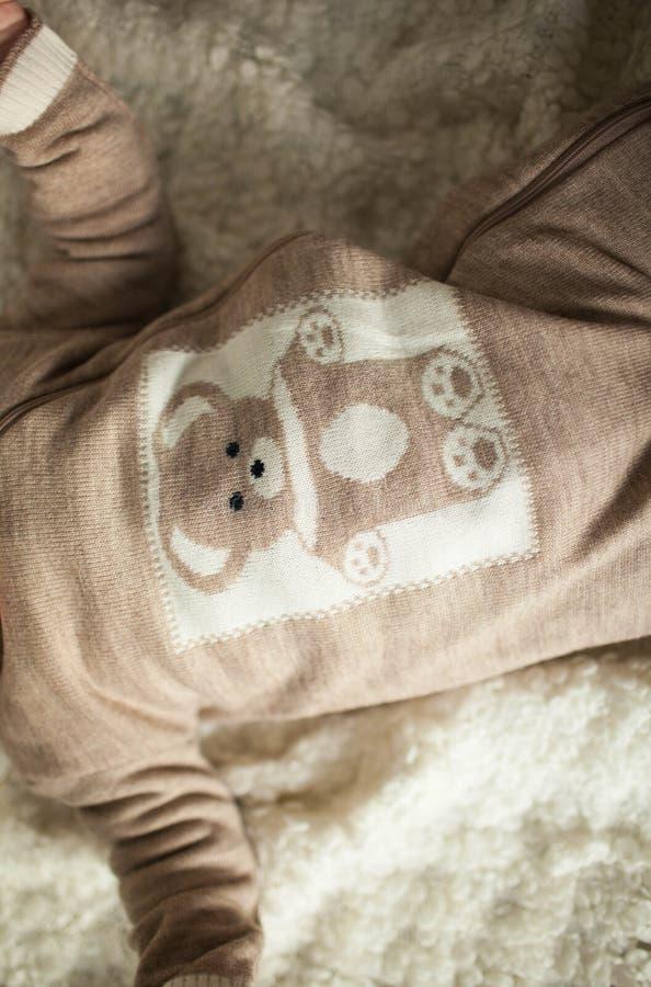 Шерстяные одежды младенца шерстяно Экологические одежды handmade естественно стоковое изображение rf