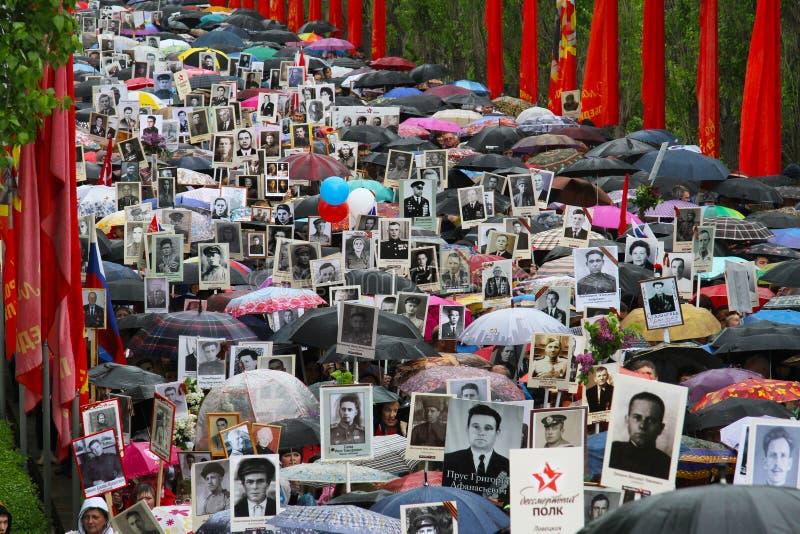 Шествие местных людей с фото их родственников в бессмертном полке на ежегодный день победы на холме Mamaev в Волгограде стоковое фото rf