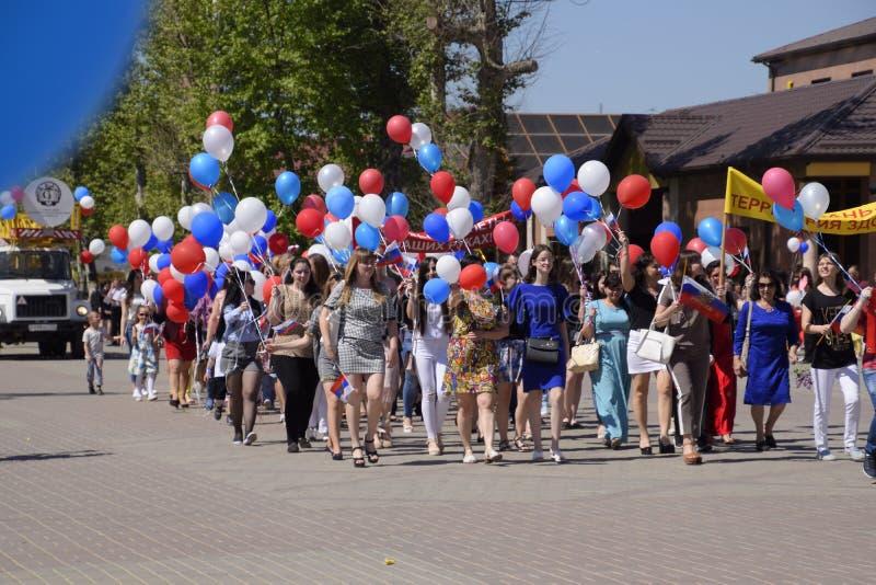 Шествие студентов медицинского колледжа Праздновать первое -го май, день весны и работы Первомайский парад дальше стоковое фото