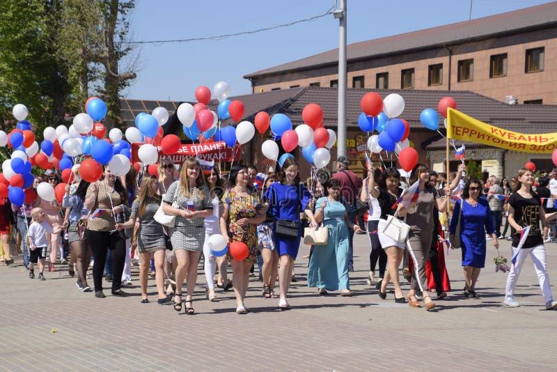 Шествие студентов медицинского колледжа Праздновать первое -го май, день весны и работы Первомайский парад дальше стоковое изображение rf