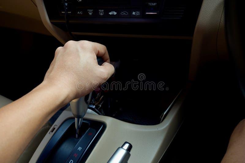 Шестерня автомобиля владением человека стоковые фотографии rf