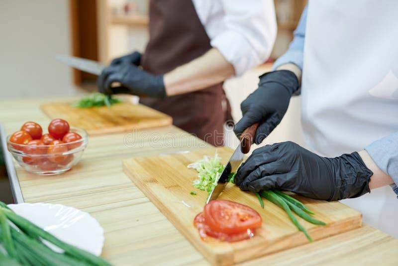 Шеф-повар варя близко вверх стоковое изображение