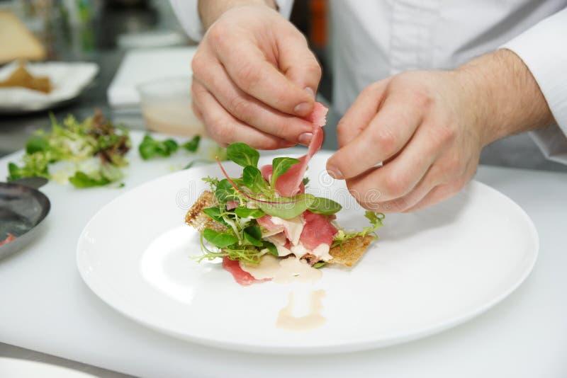 Шеф-повар делает закуску стоковое фото