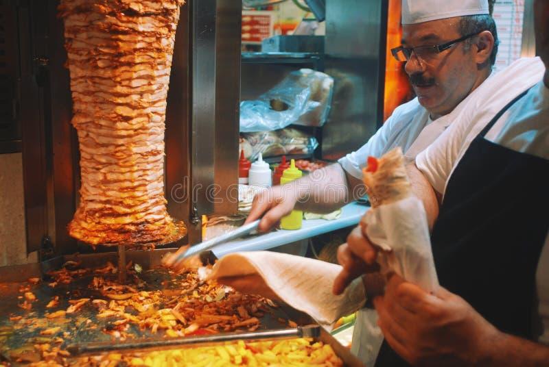 Шеф-повар делая Doner стоковые фото