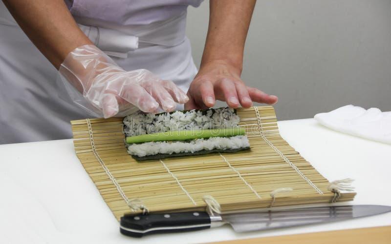 Шеф-повар делает тонкие крены (5) стоковые изображения rf